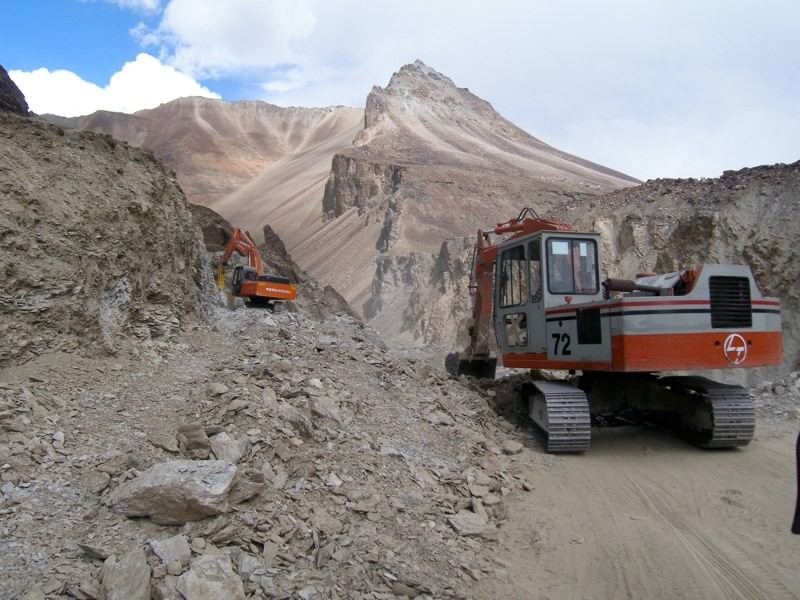 Road construction on the Manali-Leh Highway. (Photo by Brooke Crowley.)