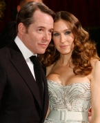 Sara wears a stunning strapless gown, and her husband Matthew Broderick wears a black suit and tie.