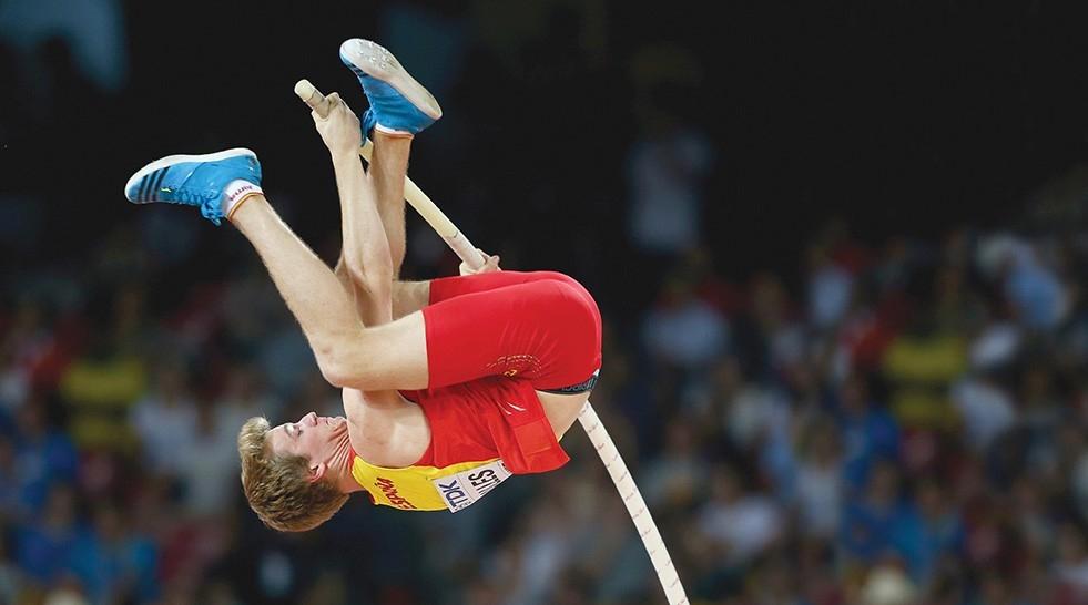 Adrian Valles pole vaults in Beijing world event