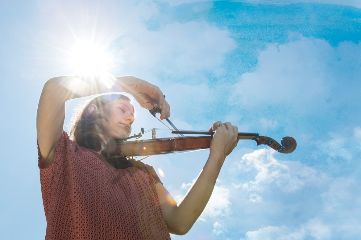 Bethany Yeiser plays violin in th sun