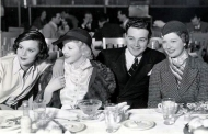 Evelyn Venable dining with Helen Mack, Ida Lupino and Joe Morrison.