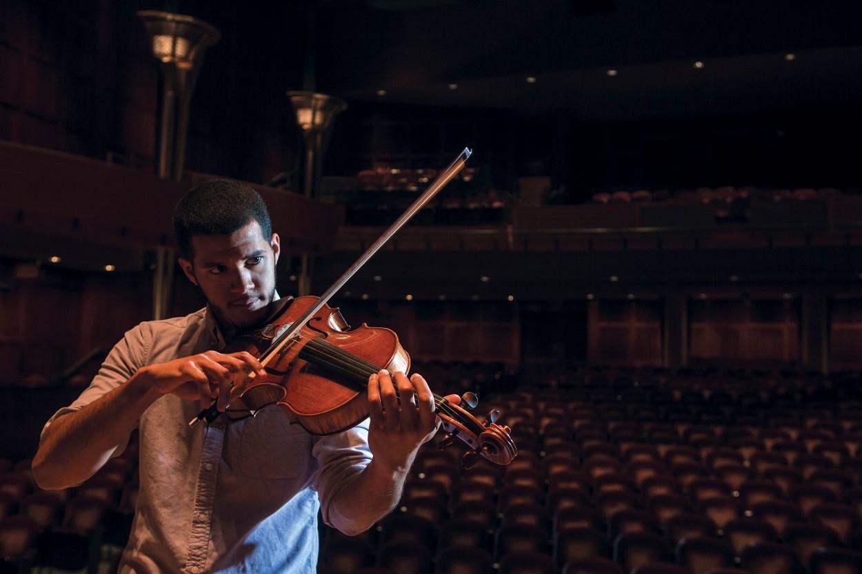 Emilio Carlo plays viola